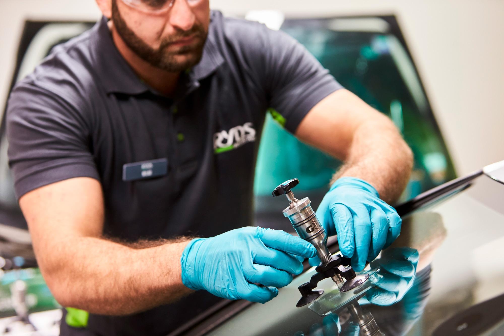 Rydsbilglas reparerar ett stenskott